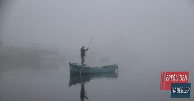 Balıkçılar siste gölde kaybolmamak için teknolojiden yararlanıyor