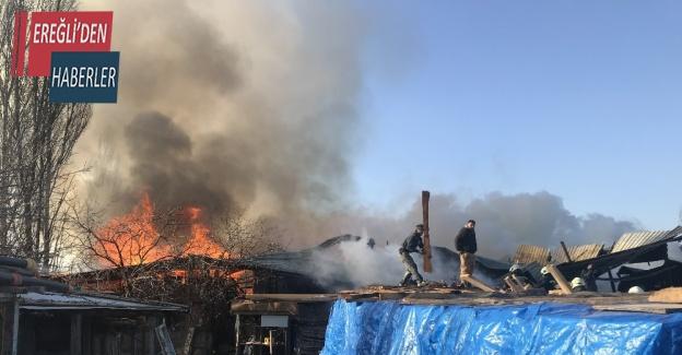 Arı kovanı imalathanesinde çıkan yangını söndürmek için çocuklar da seferber oldu