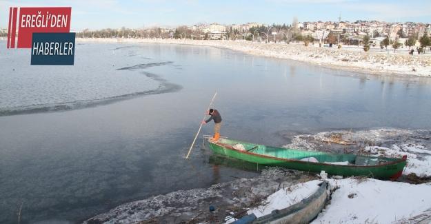 Kıyıları donan gölde balıkçıların buz kırma mesaisi