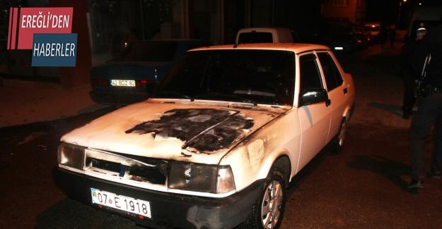 Alevlerin yükseldiği otomobildeki yangını itfaiye söndürdü