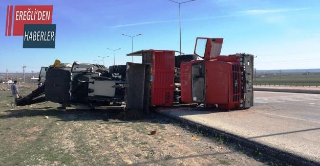 İş makinesi taşıyan kamyon devrildi