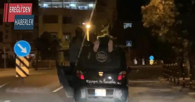 Otomobilin üstünde tehlikeli yolculuk kamerada