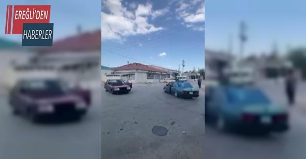 İki otomobil karşılıklı drift yaptı, tehlikeli anlar kameraya yansıdı