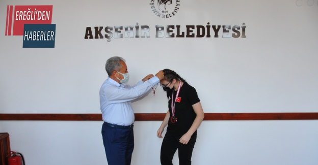 Başkan Akkaya'dan başarılı sporcuya hediye