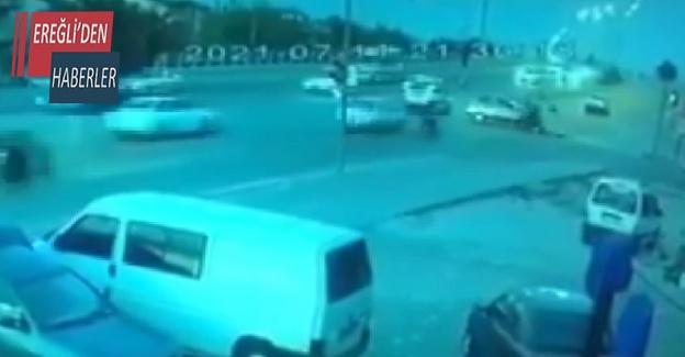 İki motosikletlinin otomobile çarpması kamerada