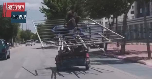 Üç tekerli motosiklet üzerinde tehlikeli yolculuk