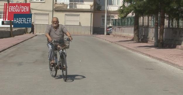 33 yıldır muhtarlık yaptığı mahallenin sokaklarını bisikletiyle geziyor