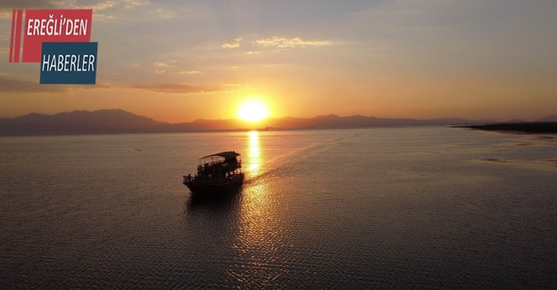 Beyşehir Gölü'nde tur teknelerinin günbatımı gezileri ilgi çekiyor