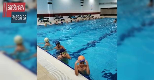 Yaz Kursunda yüzme eğitimlerimiz devam ediyor.