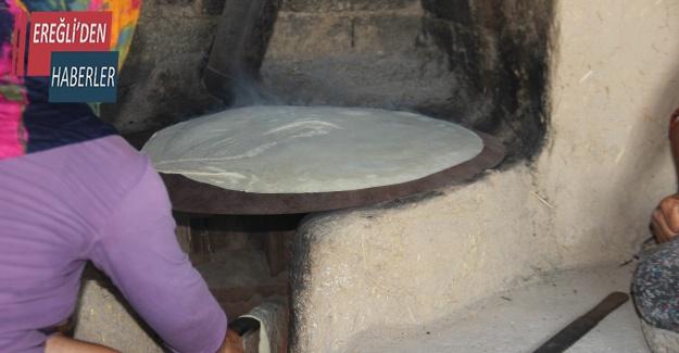 Kadınlar imece usulü ile kışlık ekmek yapıyor