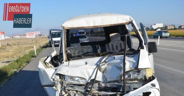 Konya'da minibüs tıra çarptı: 1 yaralı
