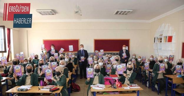 Meram'da öğrencilere 'Mega- Kariyer Rehberi' dağıtılıyor