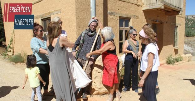 """Sanatçıların köyünde yarı gerçeksi heykel """"mola""""nın açılışı yapıldı"""