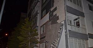 Fırtına apartmanın dış cephe kaplamasını...