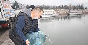 Suları çekilen Beyşehir Gölü'ne damacanalarla su döktü