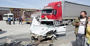 Otomobil ile süt tankeri çarpıştı:...