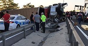 Devrilen tır karayolunu kapattı, sürücü öldü