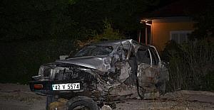 Kamyonet ile hafif ticari araç çarpıştı:...