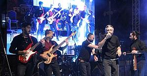 Karadeniz müziğinin sevilen ismi Resul Dündar Hüyük'te konser verdi