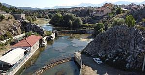 Konya'daki Adaköy Pınarı ve baraj göleti kurumaya yüz tuttu, yüzeyi yosunlarla kaplandı